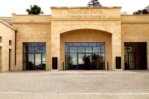 Såvel ude som inde fremstår Chateau Pavie som et moderne vinslot, og rammerne er værdige for en af Bordeaux' absolutte topvine.