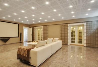 Kælderen er et kapitel for sig med stor hjemmebiograf og B&O-styret surround sound.