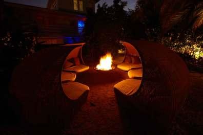 Haven lever døgnet rundt – ved mørkets frembrud tændes gassen i bålet, og så er der dømt hygge.