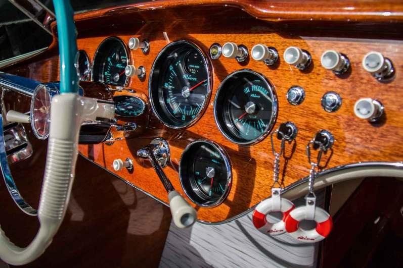 Båden er spækket med fine detaljer som de elegante instrumenter med tal i den originale turkise farve. Alle instrumenter er blevet skilt ad og renoveret af specialister, så båden er holdt så original som muligt.