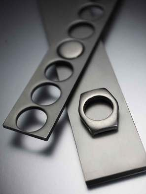 Rolex er det eneste urfirma, der benytter en 904 stållegering. Denne type stål er mere hårdfør en konventionelt stål, og dermed også sværere at arbejde med.