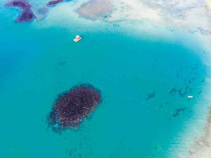 Ile aux Cerf-golfbanen ligger på en ø i lagunen.