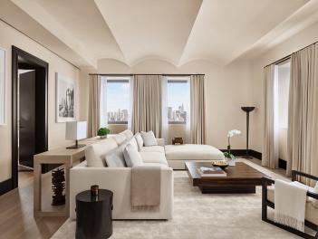 Penthouse suiten på The Edition tilbyder udsigt over Madison Square Park, stue, spisestue, køkken og stort master bedroom
