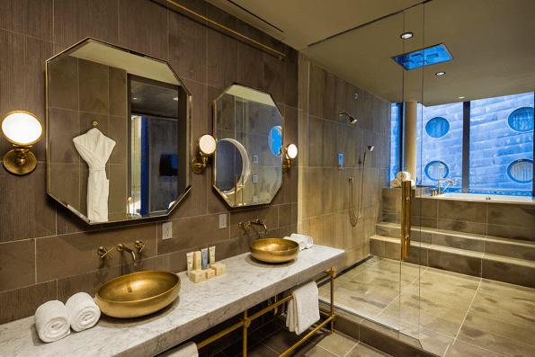 Overdådigt badeværelse med guldvask, og badekar med udsigt er en del af den 230 kvm store Guest House suite på hotellet Dream Downtown