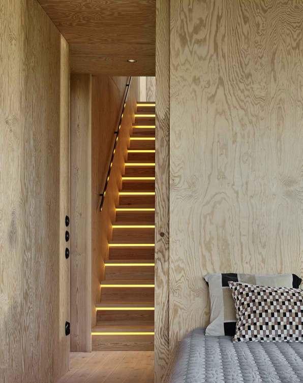 Hele soveværelset – inklusive sengen – er lavet i krydsfiner.