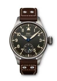 IWC producerede sit første pilotur i 1936, hvilket hyldes med denne 48-mm nyhed af titanium. Remmen er lavet af italienske Santoni, og uret er limiteret til 1.000 styk. Ifølge den danske IWC-forhandler Hvelplund er uret allerede udsolgt.