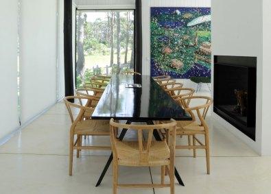 Spisebordet er fremstillet af Diego Montero. Benene er af metal, og toppen er af træ. Wegner-stolene er købt i butikken Fez i La Barra i Uruguay.