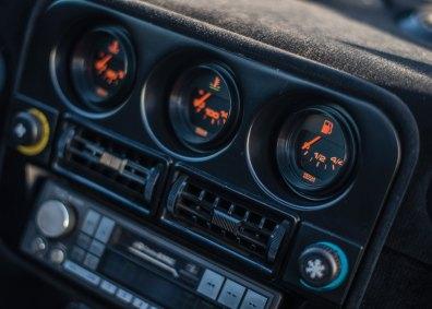 Kabinen er naturligt nok mere moderne end 1960'ernes 250 GTO, men også langt mere luksuriøs end efterfølgeren F40. Den åbne skiftekulisse og vippekontakterne er guddommelige detaljer.