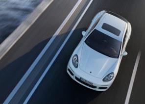 Panamera S E-Hybrid er med et opgivet forbrug på 32,3 km/l den mest brændstoføkonomiske firedørs Porsche, du kan købe. Med 416 hestekræfter er den dog ikke den kedeligste.