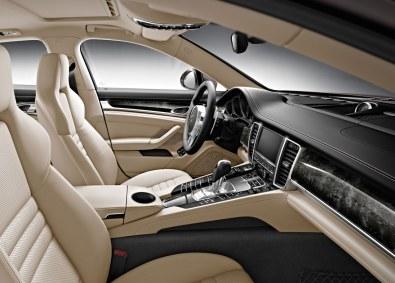 Der er delte meninger om Panameras ydre design, men interiøret er absolut godkendt. Masser af luksusfornemmelse og en ypperlig kvalitet. Eneste anke er midterkonsollen med sine lidt for mange knapper.