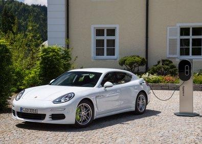 Den elektrificerede Panamera er en såkaldt plugin-hybrid, hvilket betyder, at du kan stille den til opladning med en ledning fra en almindelig stikkontakt. Designfirmaet Porsche Design har naturligvis kreeret en stilfuld og avanceret ladedock, som bestemt pynter på husmuren.