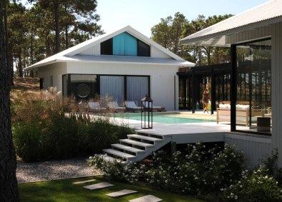 Poolen udgør et centralt punkt i boligen, og der er udgang til den fra alle rum i huset.
