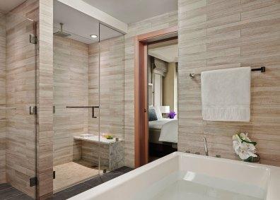 Badeværelserne i marmor og glas er smagfuldt minimalistiske.