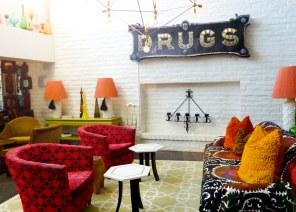 Hotellets lobby lægger stilen an med kitschet indretning og politisk ukorrekte budskaber på væggene. Ved aftenstide er det populært at nappe en gin og tonic ved ildstedet.