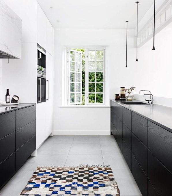 Enkelt, minimalistisk og eksklusivt. Form2-køkkenet fra Multiform var det helt rigtige valg, da Birgit Tarp skulle have nyt køkken, som også skulle respektere arkitekturen i den smukke villa fra 1926.