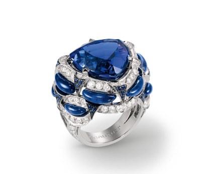 """Ringen """"The Abyss"""" af 18 karat hvidguld med diamanter, safirer, lapis lazuli og en troidia-sleben tanzanit på 16,50 carat."""