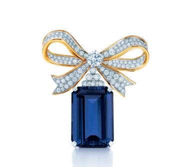 Tiffany & Co. sløjfe-broche med en smaragdsleben tanzanit fattet i platin og en sløjfe af guld med runde diamanter.