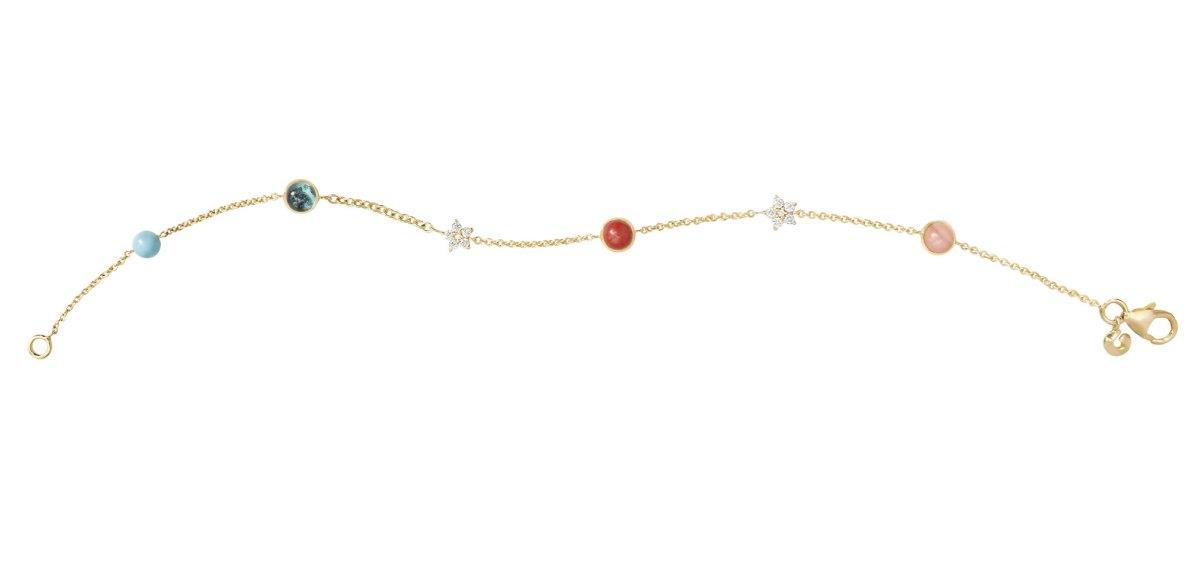 Armbånd i 18 karat rødguld med miks af turkisperle, rød koral, rosa koral, to stjerner og 12 brillanter.