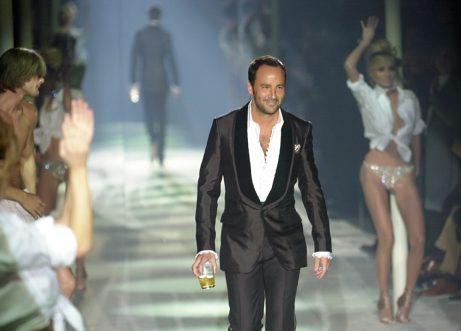 Tom Ford ved afslutningen af et Gucci-modeshow i 2004. Alt, han rørte ved, syntes at blive til guld, men det var også en periode, hvor alkohol, stoffer og tvangsneuroser fyldte en stor del af designerens liv.