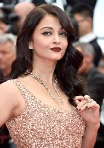 Skuespillerinden Aishwarya Rai med Boucherons 'Halo Delilah'-halsring af 18 karat hvidguld og pink guld med diamanter og morganiter samt en matchende Boucheron 'Hopi'-ring af 18 karat hvidguld med diamanter og en 47.68 carat morganit. Pris på anmodning.