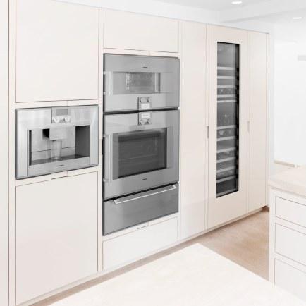 Ovne, komfur, fryser, vin- og køleskabe er alle fra Gaggenau. Desuden er der hele to opvaskemaskiner fra Miele, hvilket i en stor familie gør, at bordene altid er fri for beskidt service.