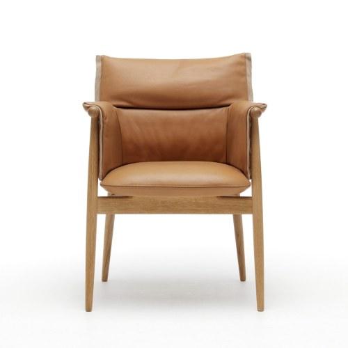 Sammen med EOOS har Wegner-producenten Carl Hansen & Søn skab en fortolkning af den klassiske spisebordsstol. Moderne æstetik møder kvalitetshåndværk og sublim komfort. EOO5 Embrace Chair, 10.730 kr.