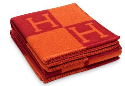 Luksuriøs og farvestrålende plaid fra det franske modehus Hermés. Plaiden, der er fremstillet i merinould og blød kashmere, måler 135 x 170 cm. Hermès Avalon-plaid, 8.400 kr.