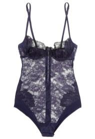 Ultra feminin bodysuit fra La Perla lavet i gennemsigtig sort og midnatsblå blonde, elegant pyntet med tone i tone-broderede blomster. La Perla bodysuit, hos Net-a-Porter, 5.740 kr.