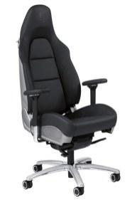 Tag sportsvognsfornemmelsen med ind bag skrivebordet, når du sætter dig i det firevejs elektrisk justerbare Sport Plus-sæde fra en Porsche 911 Carrera. Porsche-kontorstol, 33.500 kr.
