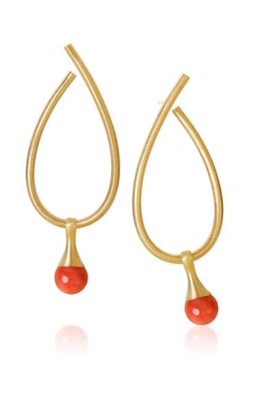 De ikoniske Kharisma-øreringe fra Dulong Fine Jewelry har et tidløst og glamourøst design. Øreringene er lavet i 18 karat guld, med vedhæng af røde koraller fra Italiens Amalfikyst. Dulong Fine Jewelery Kharisma-øreringe, 18.200 kr.