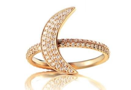 Elegant ring med måneform udført i 18 karat guld og pyntet med diamanter. Christine Hvelplund Universe-ring, 20.500 kr.