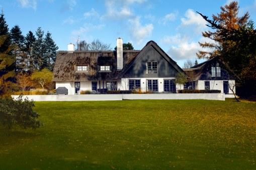 Huset er til salg for 28 mio. kr. Det er på 260 kvadratmeter med en kæmpe have – eller rettere park – på 12.500 kvadratmeter.