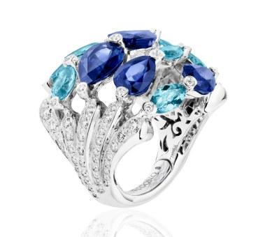 De Grisogono-ring af 18 karat hvidguld med 107 farveløse diamanter (i alt 1.40 carat), fem safirer (i alt 10.60 carat) og otte akvamariner (i alt 3.95 carat).