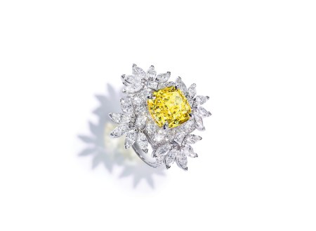 Piaget 'Sunny Side of Life'-ring af 18 karat hvidguld med en cushionsleben gul diamant på ca. 5.85 carat, 20 marquiseslebne diamanter (i alt 2.80 carat), 76 brillanter (i alt 1.35 carat) og fire princess-slebne diamanter (i alt 0.04 carat).