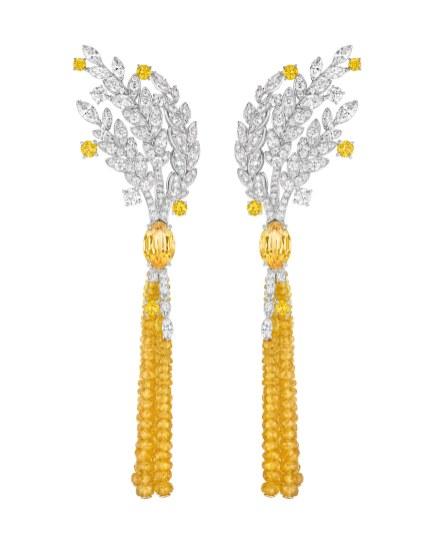 Chanel Fine Jewelry-øreringene 'Moisson d'Or' af 18 karat hvidguld og guld med to marquiseslebne gule safirer (i alt 5.7 carat), ti brillantslebne gule safirer (i alt 1.6 carat), 26 marquiseslebne diamanter (i alt 3.4 carat), 172 brillantslebne diamanter (i alt 3.6 carat) og 182 gule safirkugler (i alt 48.4 carat).