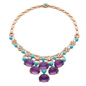 Bulgari-unikahalskæde af 18 karat rosa guld med cabochonslebne ametyster og turkiser samt pavéfattede diamanter.
