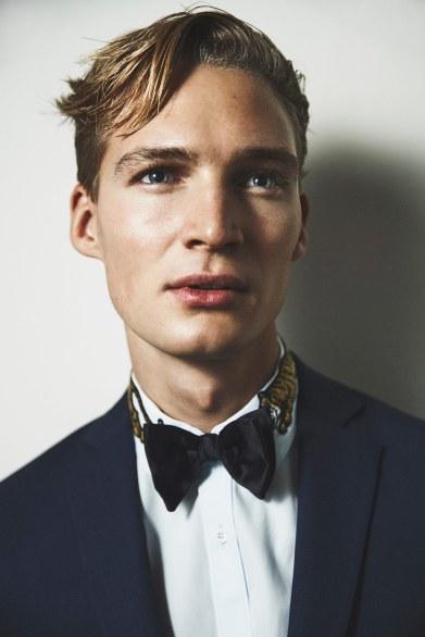 Skjorte: Gucci, 3.150 kr. Blazer: Mads Nørgaard, 2.000 kr. Butterfly: Emporio Armani, 630 kr.