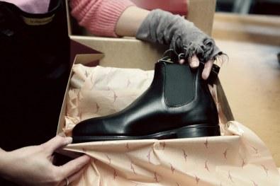 Den færdige støvle er klar til at blive leveret.