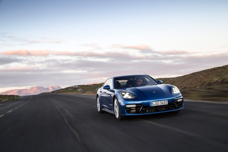 Med strøm på batteriet præsterer Porsches nye sportslimousine et imponerende forbrug på 40 km/l.