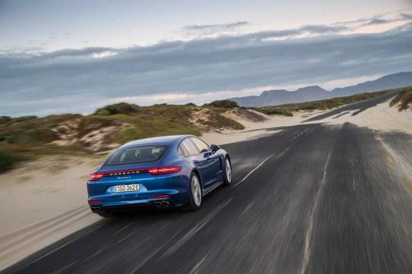 Med 462 hk har hybridbilen kræfter nok til ægte sportsvognspræstationer. Topfarten er 278 km/t.