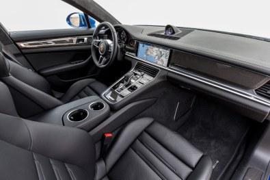 Hvor den tidligere generation præsenterede dig for et utal af knapper, følger interiøret i den nye Panamera et meget renere og mere enkelt design.