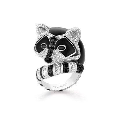 """""""Ladoga""""-ring (vaskebjørn) af 18 karat hvidguld med sorte safirer, træ og diamanter."""