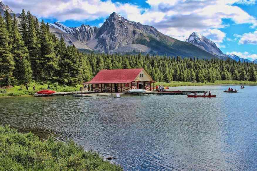 canada-national-park-lake-maligne