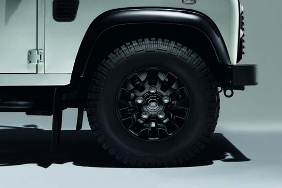 land-rover-defender-black-silver-pack-03