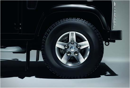 land-rover-defender-black-silver-pack-07
