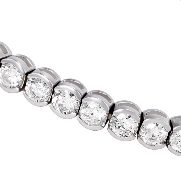 Tennis bracelet in 18k white gold. (H color, SI clarity) 9.23 carats