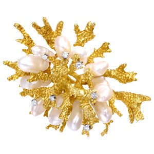 Coral motif diamond and pearl brooch in 18k yellow gold. 1.00 carat in diamonds.