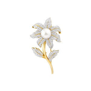 Pearl Flower broach in 18k with diamonds