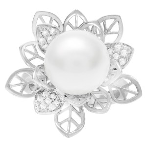 Diamond and pearl floral style ring in 18k white gold. 0.15 carat in diamonds