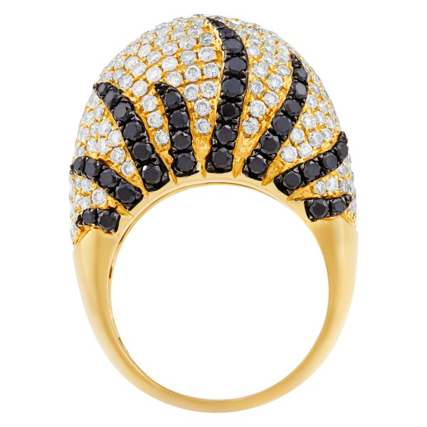Sparkling domed white & black diamond ring in 18k yellow gold. 4.32cts in diamonds